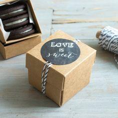 mmmh Love is sweet... Schenkt Euren Gästen etwas Süßes zur Hochzeit.  Unsere Giveaway-Schächtelchen aus Kraftpapier könnt Ihr leicht selbst zusammenbauen und für Eure Gäste befüllen. --> z.B. mit kleinen Schokoladen, Pralinen, Bonbons – die Möglichkeiten sind endlos  (die Boxen sind nicht nur für Lebensmittel gedacht, dh. bitte gebt ein Papier/Schutzfolie zwischen die Verpackung und dem Essbaren)  Größe außen: 50 x 50 x 50mm Größe innen: 45 x 45 x 45mm  Dazu geben wir Euch unsere Love is…