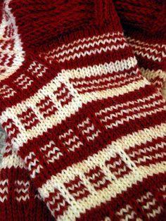 Sain lainaan kuvassa olevan sukkaparin, josta oli tieto, että malli on Keski-Pohjanmaan körttisukka. Koko malliparilla oli lasten koko, jo... Knitting Charts, Knitting Stitches, Knitting Designs, Knitting Socks, Mitten Gloves, Mittens, Tieto, Wool Socks, Knit Fashion