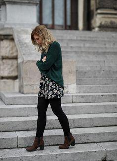Outfit Inspiration Grüner Pullover Blumenprint Rock Herbst Winter