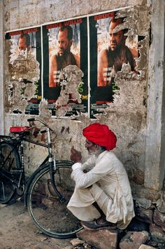 Violence versus Patience... / India. / Inde. / By Steve McCurry.