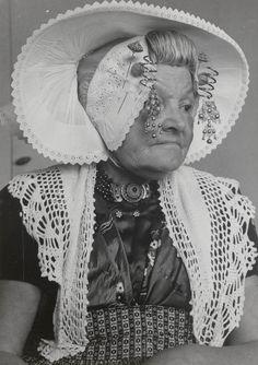 Mevrouw Teune-De Koning uit Middelburg, gekleed in de streekdracht van Nieuw- en St. Joosland. 1956 #NieuwStJoosland
