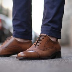 Love the look. Can't pull it off myself. And what about socks? Do guys wear shoes without socks?  (via tetinotete)