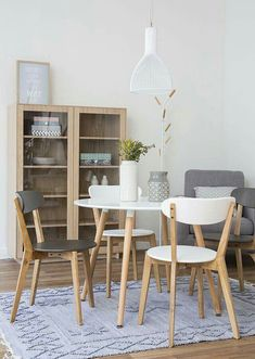 20 Modern Dining Rooms For Inspiration: Modern Minimalist Dining Room Design And Decor Ideas Modern Dining Room Tables, Round Dining Table, Dining Room Design, Dining Rooms, Minimalist Dining Room, Modern Minimalist, Dinner Room, Small Dining, Sweet Home