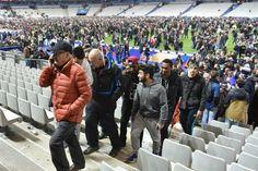 Así se vivió una de las explosiones durante el amistoso Francia-Alemania: François Hollande fue evacuado en helicóptero  La gente aguardó en el césped del Stade de France.         Foto:EFE