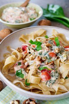 Schnelle Bärlauch-Nudeln mit Frischkäse, Tomaten und Walnüssen - ein 10 Minuten Bärlauch-Rezept für dein Abendessen - Gaumenfreundin Foodblog #bärlauch #nudeln #schnell #rezept #vegetarisch #pfanne #walnüsse #tomaten Weight Watcher, Kiss The Cook, Asian Chicken, Pasta Salad, Food And Drink, Lunch, Dinner, Eat, Cooking