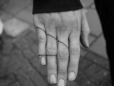 Finger-Tattoo mit dünnen Linien