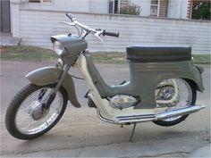 """1968 Jawa Mustang Jet / Kennzeichnend für die Jawa-Kleinkrafträder war von Anfang an der liegende langhubige Zylinder (Hub: 44 mm, Bohrung: 38 mm). Dieser ermöglichte ein gutes Ausdrehen des Motors, gleichzeitig war die Elastizität jedoch begrenzt. Diese Charakteristik, die zum Fahren mit hohen Drehzahlen zwang, brachte den kleinen Jawas den Spitznamen """"Zwiebacksäge"""" ein. Zum wahrhaftigen Renner wurden die Fahrzeuge, nachdem sie ab dem Modell 05 einen Soziussitz erhielten. Die Leistung de"""
