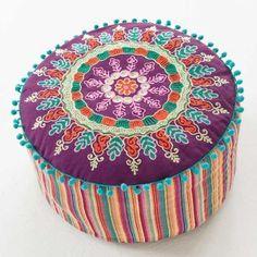 Le pouf marocain, traditionnellement objet de décoration marocaine, a été revu dans un design contemporain offrant un résultat brillant.