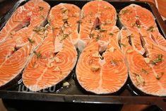 Rondele de somon, preparate la cuptor cu rozmarin si usturoi. Medalionul de somon se prepara rapid la cuptor cu mirodenii.