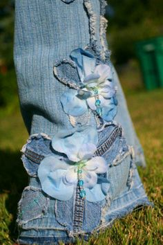 Pretty Petals - silk flowers, denim jeans, beads - by chelsiebelles - how much fun are these! ~~~ on a skirt or bag! Recycle Jeans, Upcycle, Flores Denim, New Mode, Denim Crafts, Jean Crafts, Mode Jeans, Denim Ideas, Jeans Denim
