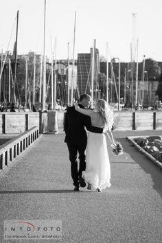 Arm i arm ved lystbådene #Bryllup #Wedding #Bryllupsfotograf #Intofoto #Bryllupsfoto #Bryllupsfotografering #Hillerød #Nordsjælland #Brudepar