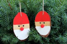 These great wood slice Santa ornaments can be made in 15 minutes or less with this craft tutorial. For ease, pick up wood slices from the craft store.