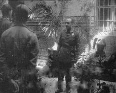1936-08-30 Franco y capitán Luis Antonio Botín (de espalda) en el àtio del palacio de los Golfines de Arriba (Cáceres) reciben a uno de los periodistas franceses, posiblemente J. D'Esme / René Brut image008