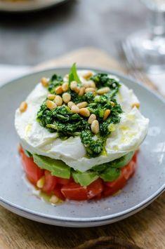 capresetaart, mozzarella weglaten of vervangen door vegan cheese Veggie Recipes, Vegetarian Recipes, Healthy Recipes, Salad Recipes, I Love Food, Good Food, Yummy Food, Manger Healthy, Salade Caprese