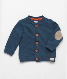 Buzo en tejido de punto para bebe niño. Perilla funcional con botones para abrochar en frente. Coderas en gamuza en contraste. Ideal para eventos y ocasiones especiales.