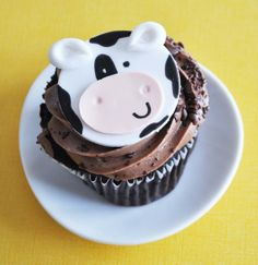 Cow Cupcakes for baby shower Cow Cupcakes, Farm Animal Cupcakes, Themed Cupcakes, Cupcake Cookies, Cupcake Day, Muffins, Farm Cake, Fondant Cupcake Toppers, Edible Cake