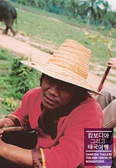 2006 in Cambodia 코끼리 탔다. 가까이서 본 코끼리는 엄청 컸고 올라탄 후엔 너무 높아서 무서웠다. ㅠㅠ 이 아저씨는 코끼리 운전(?) 아저씨.