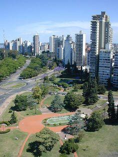 Rosario, a 300 kilómetros de Buenos Aires, es la cuna de grandes deportistas como Lionel Messi. Su Monumento a la Bandera es el símbolo absoluto de la ciudad y un mix de estilos arquitectónicos y artísticos, ya que su realización tuvo varios cambios de proyectos.
