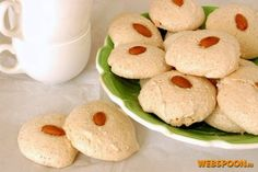 Печенье с миндалём  Это рецепт итальянского печенья из взбитых белков с добавлением измельчённого миндаля и украшенные цельным орешком. Основным залогом удачного печенья являются хорошо взбитые белки — без грамма желтков, взбитые в обезжиренной ёмкости.  Рецепт идеально подходит для «утилизации» оставшихся белков. Вместо миндаля в крайнем случае можно использовать грецкие орехи, фундук. Взбивать белки нужно исключительно в том количестве, которое поместится в духовку за один раз, так как…