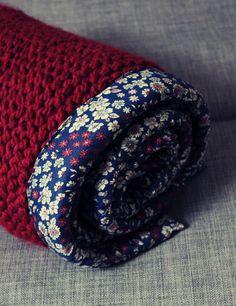 Aujourd'hui, j'associe tricot et couture dans une couverture pour un cadeau de naissance. Il fait parti des cadeaux de naissance que j'ai préparé pour ma nièce ;-) qui vient de montrer le bout de son nez depuis peu, me voilà tata. Cela m'a donné l'occasion...