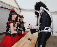 @KISSOnline Here's the Japanese Group @BABYMETAL_JAPAN visiting with Eric Singer & @tommy_thayer at @RockInVIE yesterday.