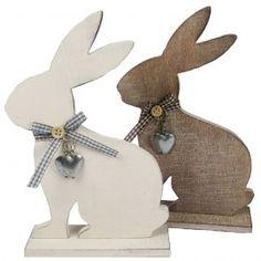 Conejo de madera con corazones grabados