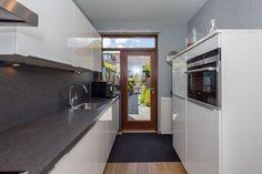 Kleine moderne keuken in een tussenwoning