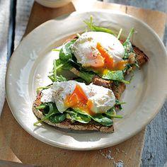 Pochierte Eier auf Senfspinat