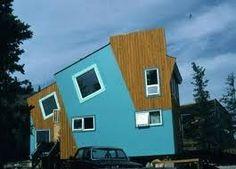 """Voici une #maison #originales avec un aspect """"destructuré"""". #bizarre"""