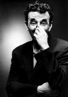 Roberto Bolaño fue un escritor y poeta chileno, autor de más de una veintena de libros, entre los cuales destacan sus novelas Los detectives salvajes, ganadora del Premio Herralde en 1998 y el Premio Rómulo Gallegos en 1999, y la póstuma 2666.  Luego de su muerte se ha convertido en uno de los escritores más influyentes en lengua española