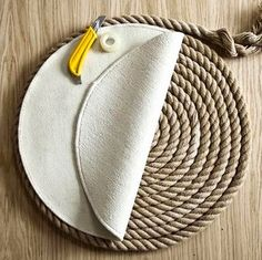 Make a DIY Round Rope Mat or Rug -Depending on how Ambitious You Are - Coastal Decor Ideas and Interior Design Inspiration ImagesRope has a nautical vibe and brings a great rustic natural touch to the home. There are dozens of Rope Projects and Decor Idea Rope Crafts, Diy Home Crafts, Diy Tapis, Rope Rug, Rope Decor, Braided Rugs, Diy Carpet, Hall Carpet, Handmade Home Decor