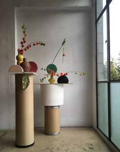 Ceramic stand sculptures and shapes styled in front of window with fried flowers Foto Still, Flower Installation, Prop Styling, Arte Floral, Ikebana, Flower Art, Still Life, Floral Arrangements, Decoration