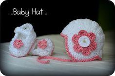 Bílá čepička s perličkou a květinou Crochet Baby Boots, Crochet Kids Hats, Crochet Cap, All Free Crochet, Booties Crochet, Crochet Baby Clothes, Knitting For Kids, Cute Crochet, Crochet Hooks