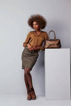 Chemise IRIS : La chemise fluide aux influences army, indispensable pour un look glam rock. Jupe ILLUSION : Travaillée dans un waxé kaki, une jupe droite très jeaneur pour une allure baroudeuse chic. Ceinture IBACH. Sac ITAOCARA. Collants ILUREX. Chaussettes ICHAUSSE. #mode#elora#elorabygf#Chemise#tabac#studs#jupe#enduite#kaki#baroudeuse#chic#collants#le bourget#chaussettes#lurex#sac#bronze#army#glam#rock#