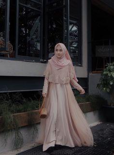 This Gown from Suka bgt sama detail brukatnya, so pretty 💗 Hijab Gown, Kebaya Hijab, Hijab Dress Party, Hijab Style Dress, Kebaya Dress, Dress Pesta, Dress Outfits, Hijab Chic, Dress Brokat Muslim