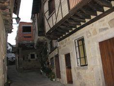Una de sus bonitas calles. Recorrer las calles de Garganta la Olla es como trasladarse a la edad media. En esta calle se encuentra además el Museo de la Inquisición, curioso y terrorífico.