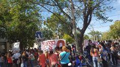 """Diversas agrupaciones dispusieron un corte en Rioja y Rivadavia de acuerdo al cronograma bonaerense, entre 200 y 300 personas estuvieron presentes donde las banderas hacían un despliegue más real de la situación de quiénes las llevaban ya que solo era """" Macri sos el ajuste """" lo que más se repetía   #ATE #cta san juan #kirchnerismo #la campora #MST"""