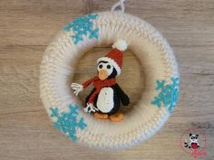 Mit diesem Türkranz kann man nichts falsch machen. Für Weihnachten mit Weihnachtsmannmütze, Schal und Geschenkesack. Ist Weihnachten vorbei, wird die Mütze und Schal abgenommen und man hat den ganzen Winter noch was davon. Einzeln kann man den Pinguin