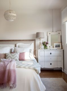 Dormitorio con ropa de cama chevron, mesilla de noche clásica en blanco (10 00412817-Mesillas)