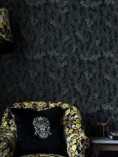 En dempet foliage av håndtegnete sumakplanter som slynger og snor seg opp langs veggen. Mind The Gap, Royal Garden, Garden Types, Mindfulness, Tapestry, Dark, Hanging Tapestry, Tapestries, Needlepoint