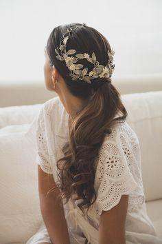 Novia romántica con tiara metalizada de hojas. #Blog #Innovias