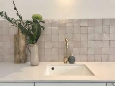 Kitchen Tops, Glass Kitchen, New Kitchen, Ikea Kitchen Design, Interior Design Kitchen, Black Hexagon Tile, Kitchen Colour Combination, Kitchen Splashback Tiles, Mad About The House