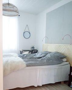Tuntuu, kuin oisin voittanut lotossa. Sängynpääty  #makuuhuone #bedroom #sisustus #sängynpääty #diy #kalaruoto #herringbone #elämänikoti #styleroom #teeseitse #interior4all #interior4you #inredning #homedecor #nordiskehjem #IKEA #jansjo #lamppu #lamp #scandinavianhome