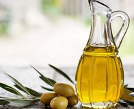 We think that knowing the health benefits of olives and olive oil is very important, since we consume both of them every day. Did you know olive oil can. Olive Oil Hair Treatment, Face Treatment, Olive Oil Benefits, Lotion Tonique, Cooking With Olive Oil, Cooking Oil, Blood Pressure Remedies, Avocado Oil, Side Dishes