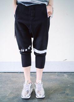 Today's Hot Pick :スウェットクロップドバギーパンツ http://fashionstylep.com/SFSELFAA0016490/coiija/out スウェット素材を使ったクロップドバギーパンツです。 ゆったりとしたシルエット+ゴムウエストで楽ちんな履き心地に☆ 膝の星とラインプリントがポップなワンポイント!! ルームウェアや気楽なバカンスルックにオススメの1着♪