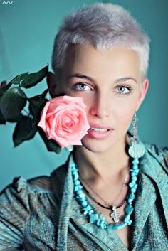great hair - but why is this rose here? Short Pixie Haircuts, Pixie Hairstyles, Cool Hairstyles, Shaved Hairstyles, Short Grey Hair, Short Hair Cuts, Short Hair Styles, Dicker Pony, My Hairstyle