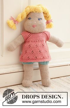 Summer Cora Knitted dress for doll in DROPS Merino Extra Fine. Piece is knitted top down with raglan, lace pattern and garter stitch. Knitted Doll Patterns, Baby Sweater Knitting Pattern, Knitted Dolls, Baby Patterns, Knitting Patterns Free, Free Knitting, Crochet Patterns, Drops Design, Knitting For Kids