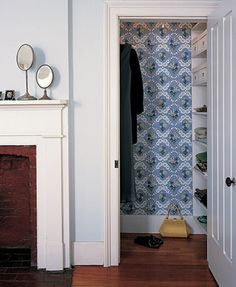 Covered Closet :: Vintage wallpaper is ideal for enhancing household nooks that are frequently overlooked, such as closets, alcoves, and shelves. Vintage Wallpaper, Diy Wallpaper, Crazy Wallpaper, Wallpaper Shelves, Feature Wallpaper, Closet Wallpaper, Martha Stewart Home, Desk Layout, Closet Layout