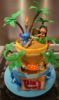 lilo and stitch cake Disney Cakes Easy, Disney Themed Cakes, Disney Desserts, Lilo And Stitch Cake, Lilo Y Stitch, Disney Stitch, Fondant Cupcakes, Cupcake Cakes, Luau Birthday