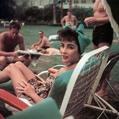 Candid of Elizabeth Taylor getting some sun, 1950's ❤